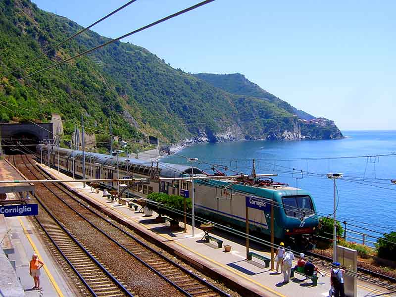 train in cinque terre